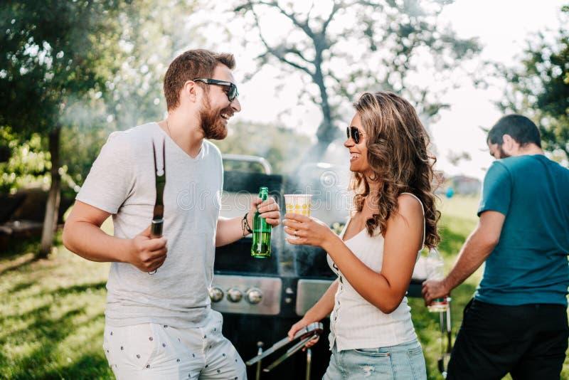 Groupe d'amis ayant un barbecue extérieur de jardin Les gens profitant d'un agréable moment, riant et souriant photo stock