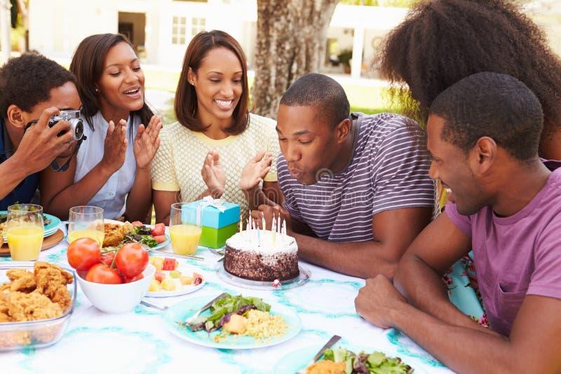 Groupe d'amis célébrant l'anniversaire à la maison photos stock