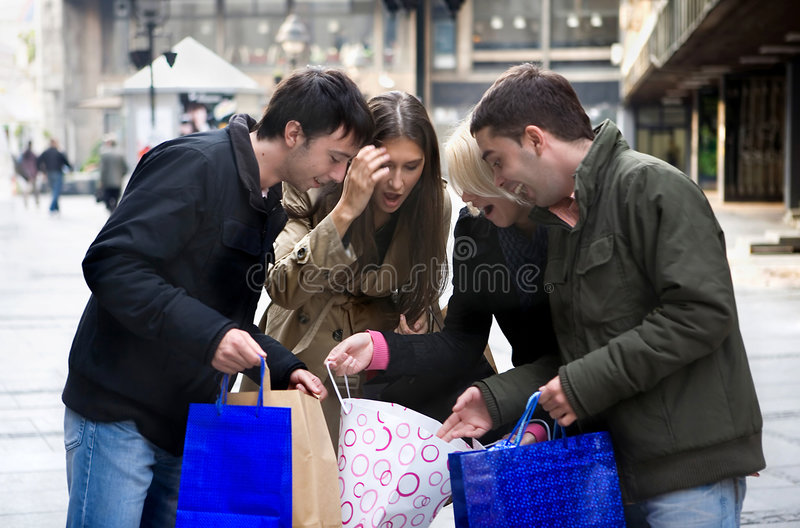 Groupe d'amis d'adolescent à shooping photographie stock