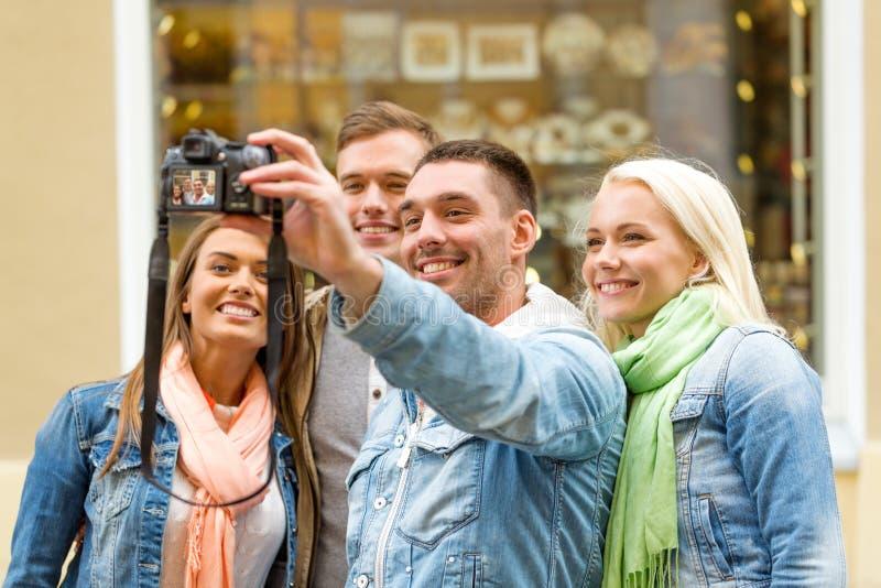 Groupe d'amis de sourire faisant le selfie dehors image libre de droits