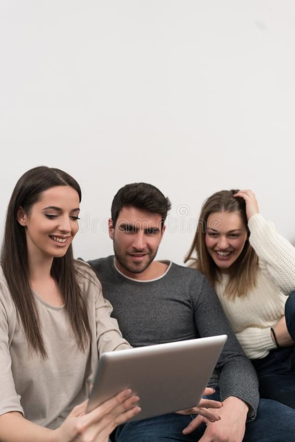 Groupe d'amis deux couples se reposant sur le sofa et prenant le selfie W photographie stock
