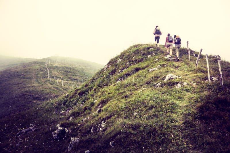 Groupe d'amis en voyage images libres de droits