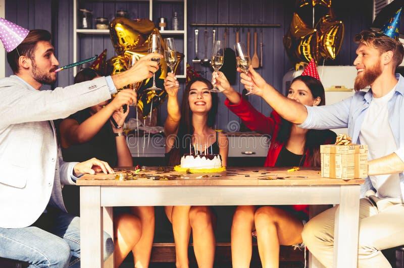 Groupe d'amis faisant un pain grillé pour célébrer l'anniversaire photos stock