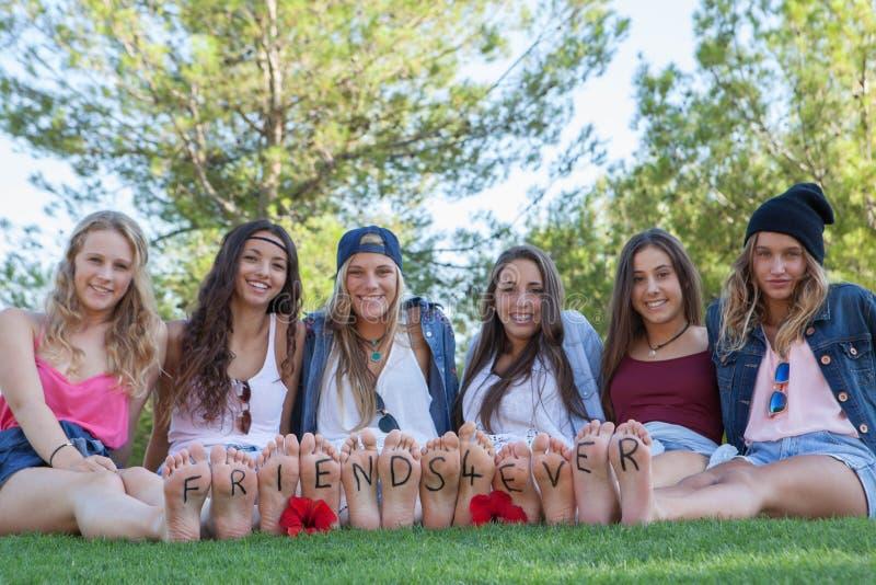 Groupe d'amis heureux d'adolescents de mode photo stock