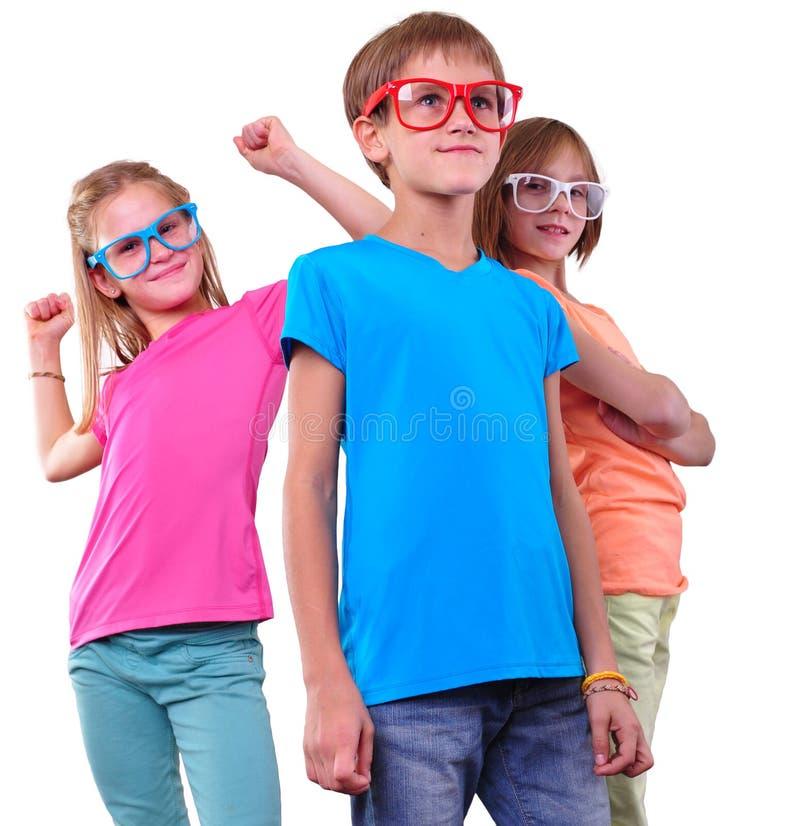 Groupe d'amis heureux utilisant des lunettes d'isolement au-dessus du blanc images libres de droits