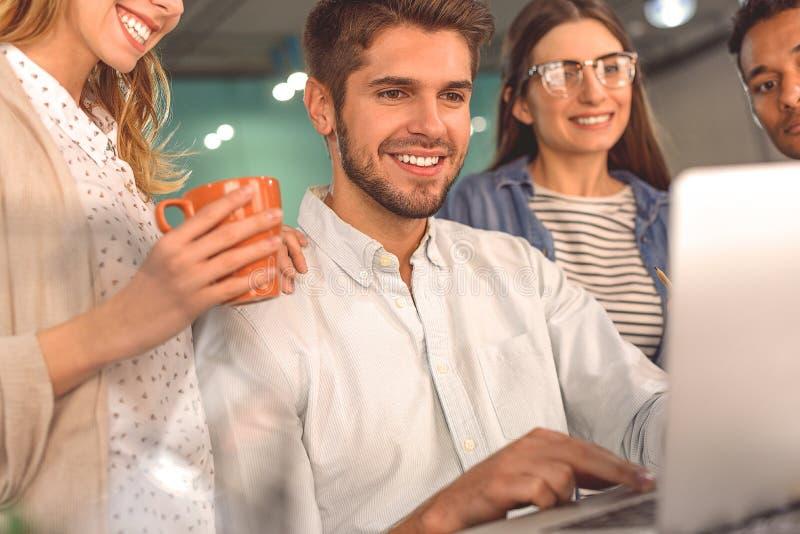 Groupe d'amis parlant en café photographie stock