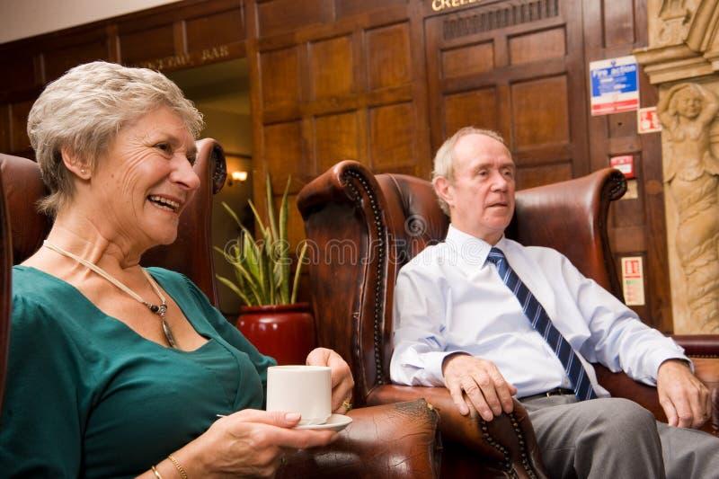 Groupe d'amis plus âgés heureux photo stock
