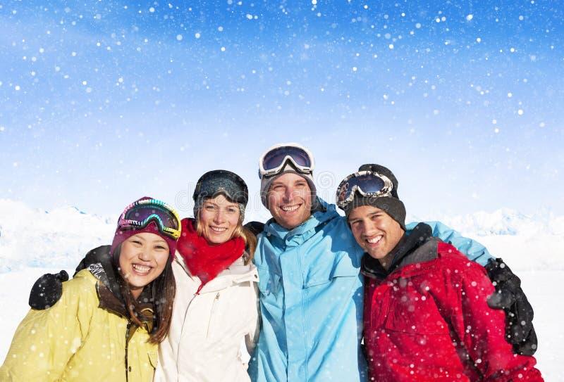 Groupe d'amis posant dehors avant le ski photographie stock