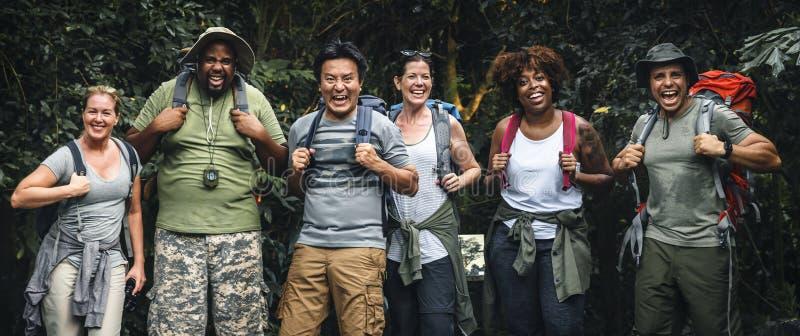 Groupe d'amis pour le trekking image libre de droits