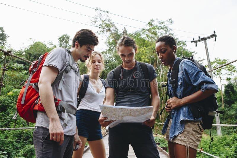Groupe d'amis regardant une carte image stock