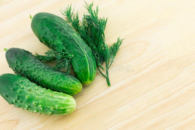 Groupe d'aneth appétissant de salade d'apéritif de concombres verts frais sur un fond culinaire de conseil en bois photo stock