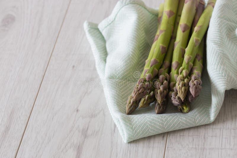 Groupe d'asperge sur une serviette de th? vert images stock