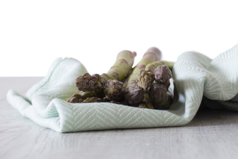 Groupe d'asperge sur une serviette de th? vert photo stock