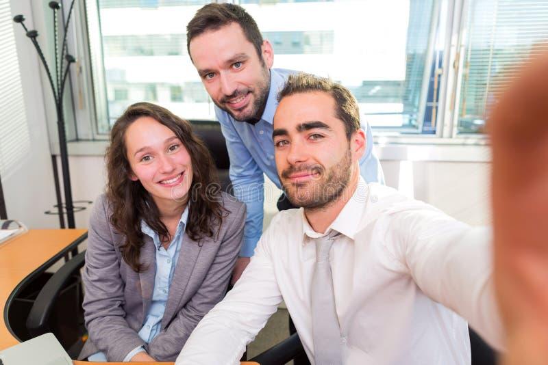 Groupe d'associés travaillant ensemble au bureau photos libres de droits