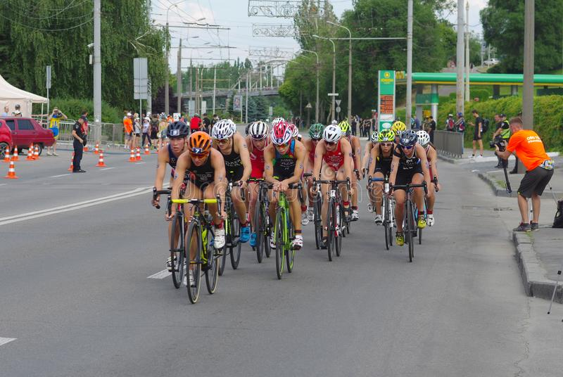 Groupe d'athlètes féminins sur une section de bicyclette sur une rue de ville pendant de la tasse 2019 européenne de triathlon de image libre de droits