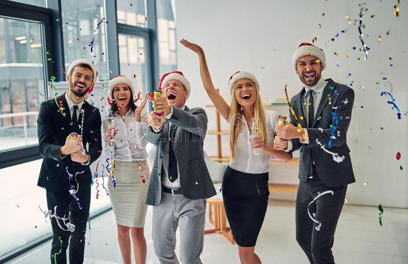 Groupe d'employés de bureau célébrant Noël image stock