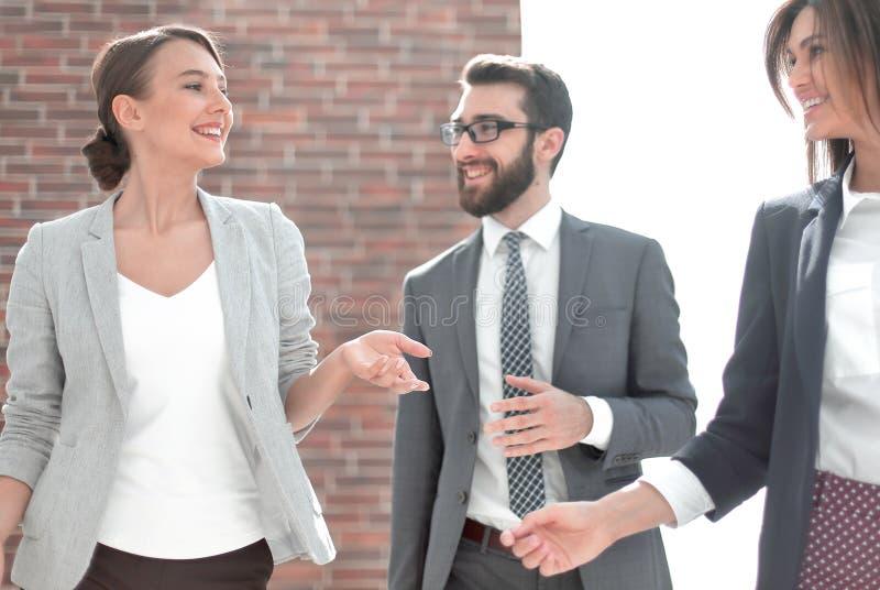 Groupe d'employ?s sur le fond du bureau photos libres de droits