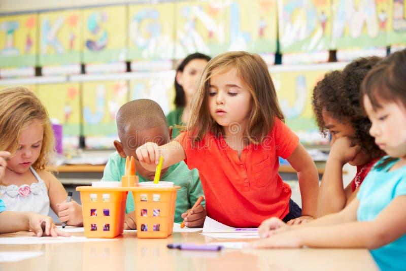 Groupe d'enfants élémentaires d'âge en Art Class With Teacher photo libre de droits