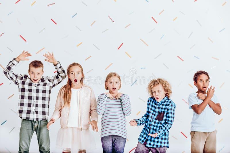 Groupe d'enfants étonnés photos libres de droits