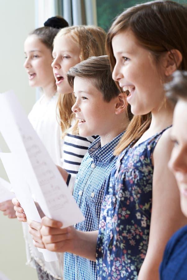 Groupe d'enfants appréciant chantant le groupe images stock