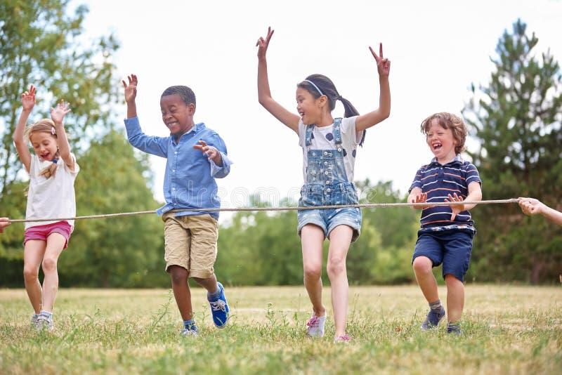 Download Groupe D'enfants Arrivant à La Ligne D'arrivée Photo stock - Image du enthousiasme, loisirs: 76088710
