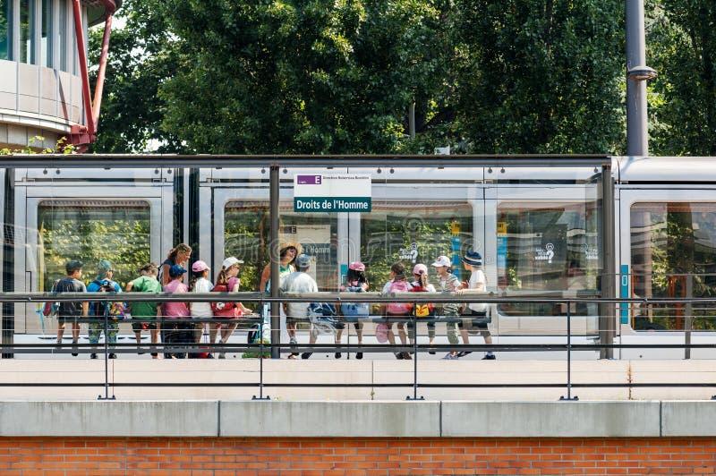 Groupe d'enfants attendant le tram à la station de droits de l'homme image libre de droits