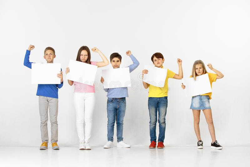 Groupe d'enfants avec bannières blanches d'isolement dans le blanc photo stock