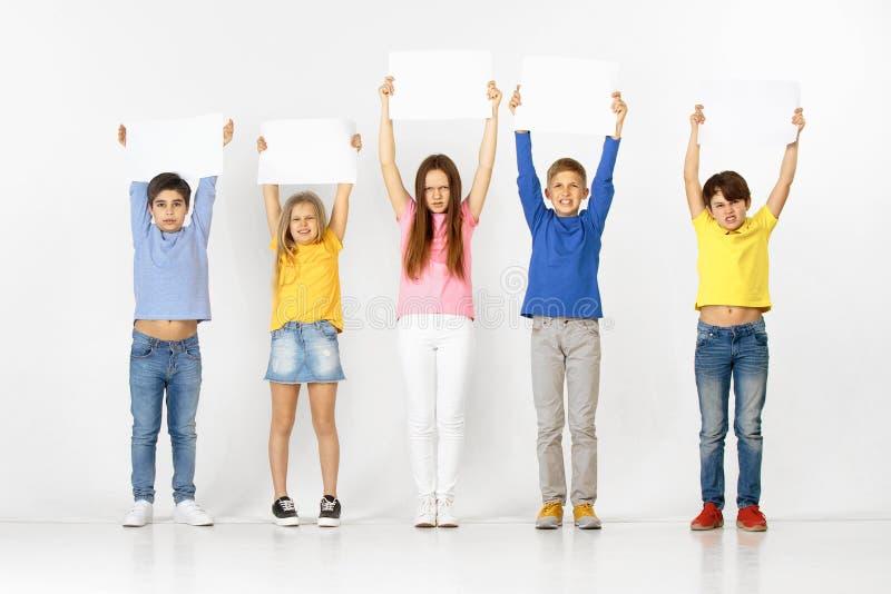Groupe d'enfants avec bannières blanches d'isolement dans le blanc image libre de droits