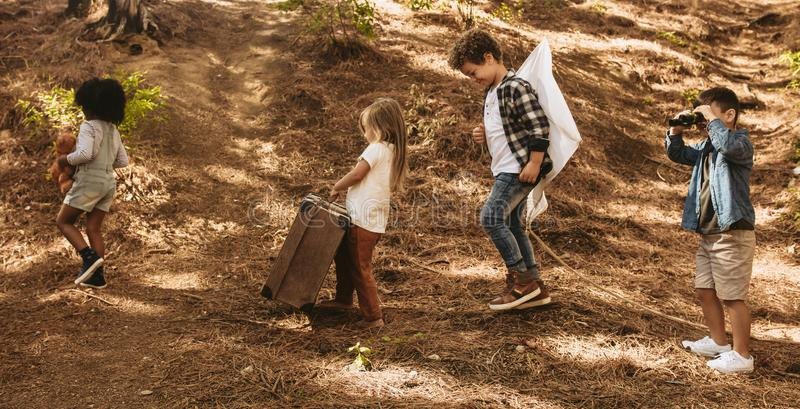 Groupe d'enfants avec des jouets dans la forêt photographie stock