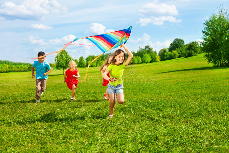 Groupe d'enfants avec le cerf-volant image libre de droits