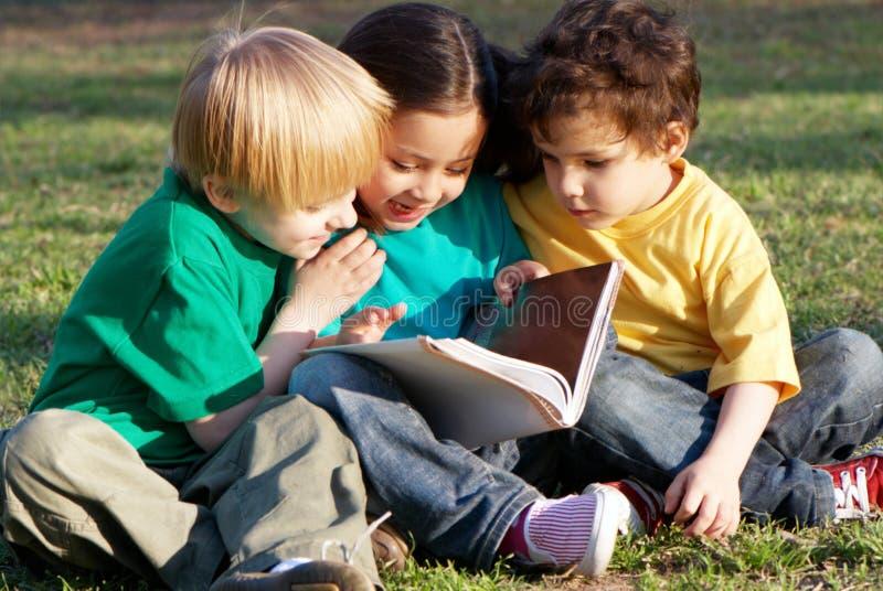 Groupe d'enfants avec le livre photo stock
