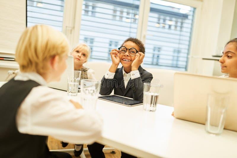Groupe d'enfants comme hommes d'affaires dans les négociations photo stock