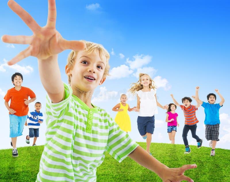 Groupe d'enfants courant dehors images stock