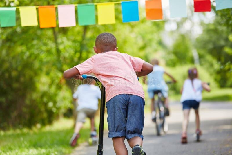 Groupe d'enfants dans la course d'amusement en parc photos libres de droits