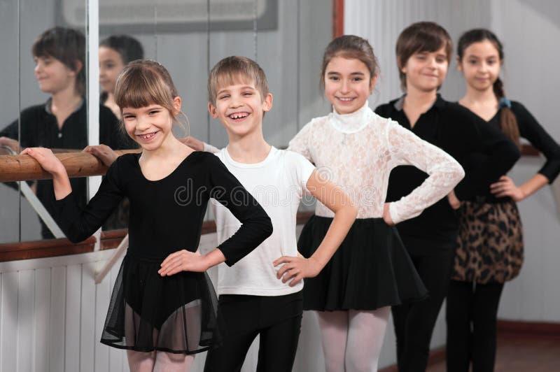 Groupe d'enfants se tenant au barre de ballet photo libre de droits