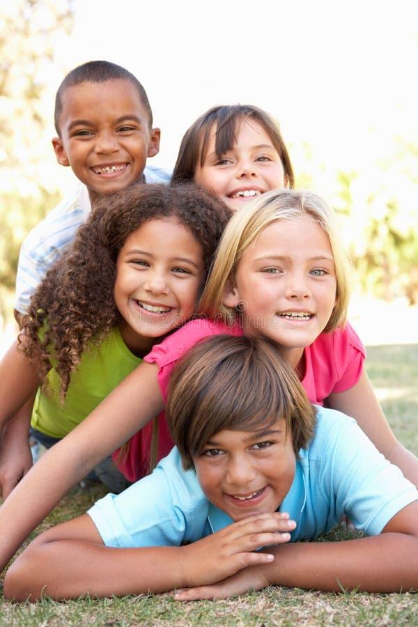 Groupe d'enfants empilés vers le haut en stationnement photographie stock