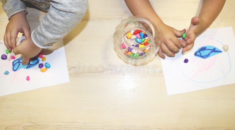 Groupe d'enfants faisant des arts et des métiers dans le jardin d'enfants Enfants passant le temps au centre de soins de jour ave photo stock
