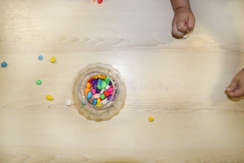 Groupe d'enfants faisant des arts et des métiers dans le jardin d'enfants Enfants passant le temps au centre de soins de jour ave image stock