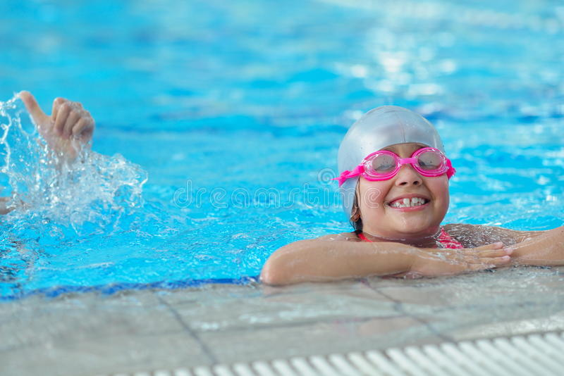 Groupe d'enfants heureux d'enfants à la piscine images libres de droits