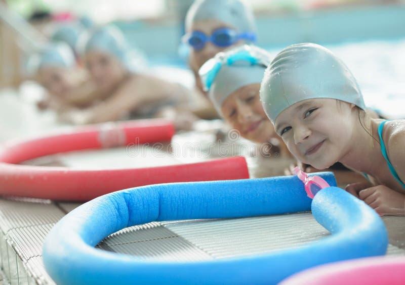 Groupe d'enfants heureux d'enfants à la piscine image libre de droits