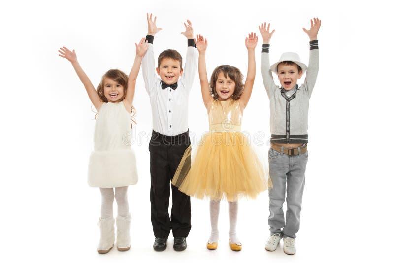 Groupe d'enfants heureux dans des vêtements de célébration images libres de droits