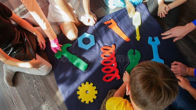 Groupe d'enfants jouant avec le puzzle structuré image libre de droits