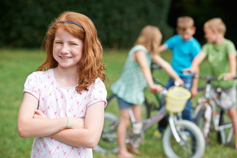 Groupe d'enfants jouant dehors sur des vélos photographie stock libre de droits