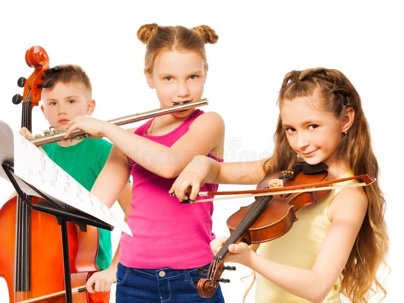 Groupe d'enfants jouant sur des instruments de musique images stock
