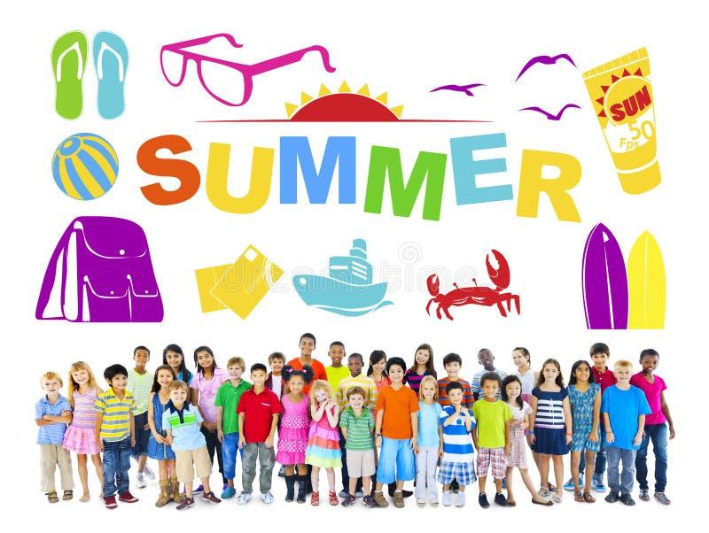 Groupe d'enfants multi-ethniques avec le concept d'été image stock