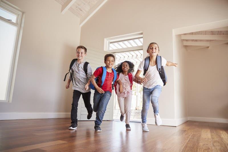 Groupe d'enfants retournant à la maison après jour d'école images libres de droits