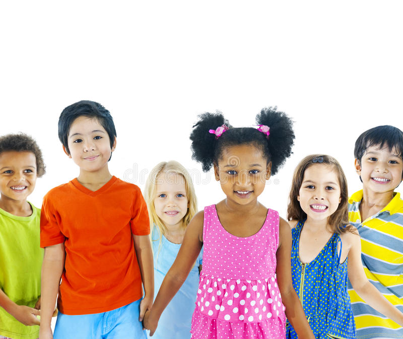 Groupe d'enfants tenant des mains photo stock