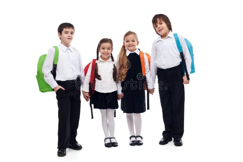 Groupe d'enfants tenant des mains retournant à l'école photos libres de droits