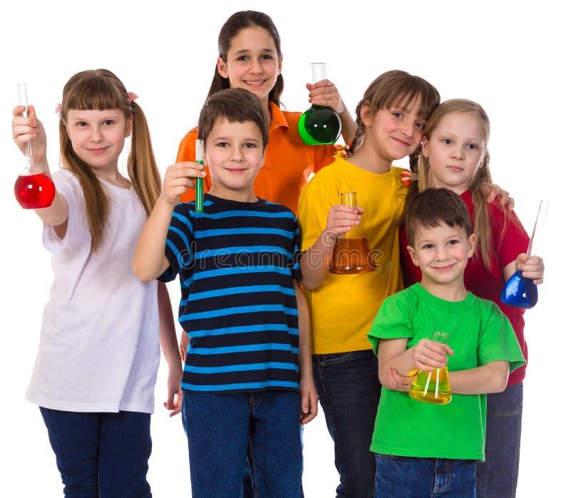 Groupe d'enfants tenant les flacons chimiques photo libre de droits