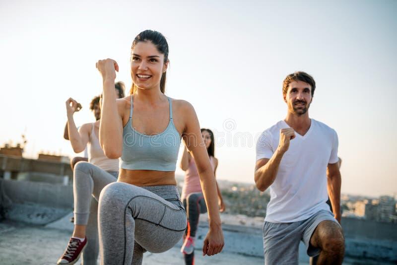 Groupe d'exercice convenable heureux d'amis ext?rieur dans la ville image stock